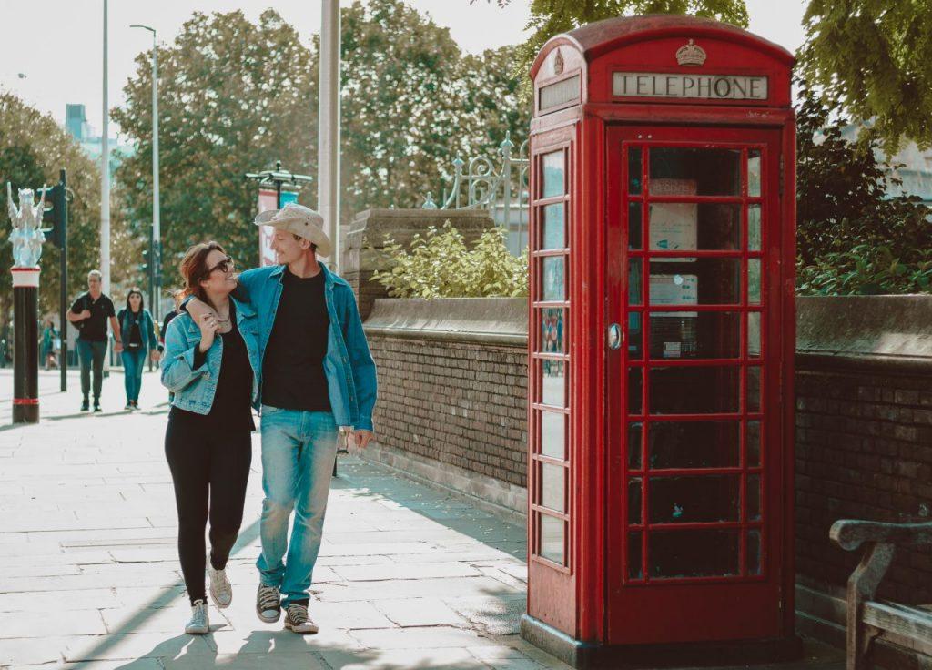 Ensaio casal com cabine telefônicas realizado por fotógrafa brasileira em Londres