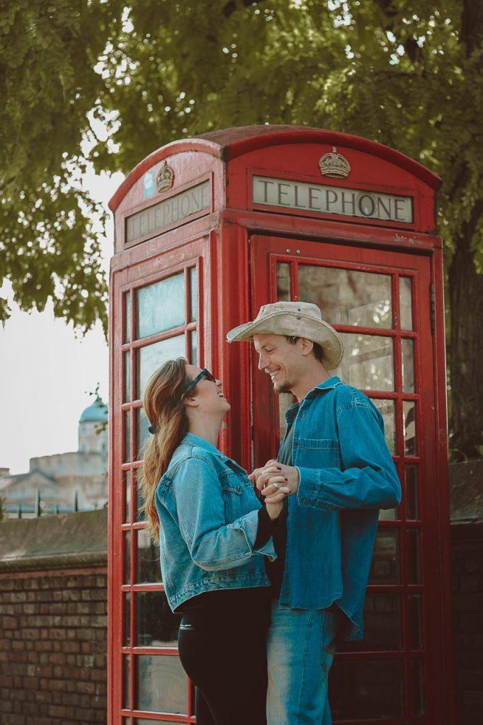 Ensaio casal feliz com cabines telefônicas realizado por fotógrafa brasileira em Londres
