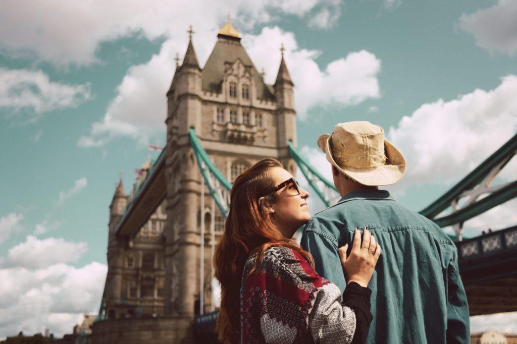 Ensaio casal na Tower Bridge realizado por fotógrafa brasileira em Londres