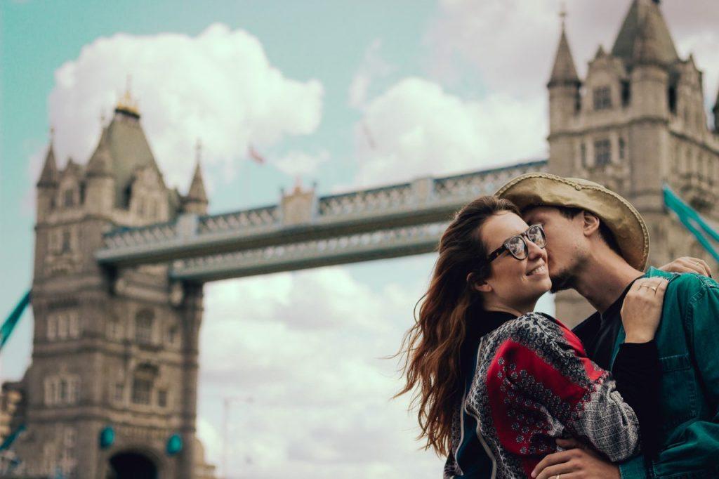 Ensaio casal romântico na Tower Bridge realizado por fotógrafa brasileira em Londres