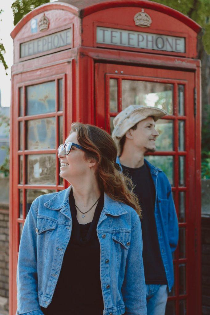 Ensaio de casal com cabine telefônicas realizado por fotógrafa brasileira em Londres
