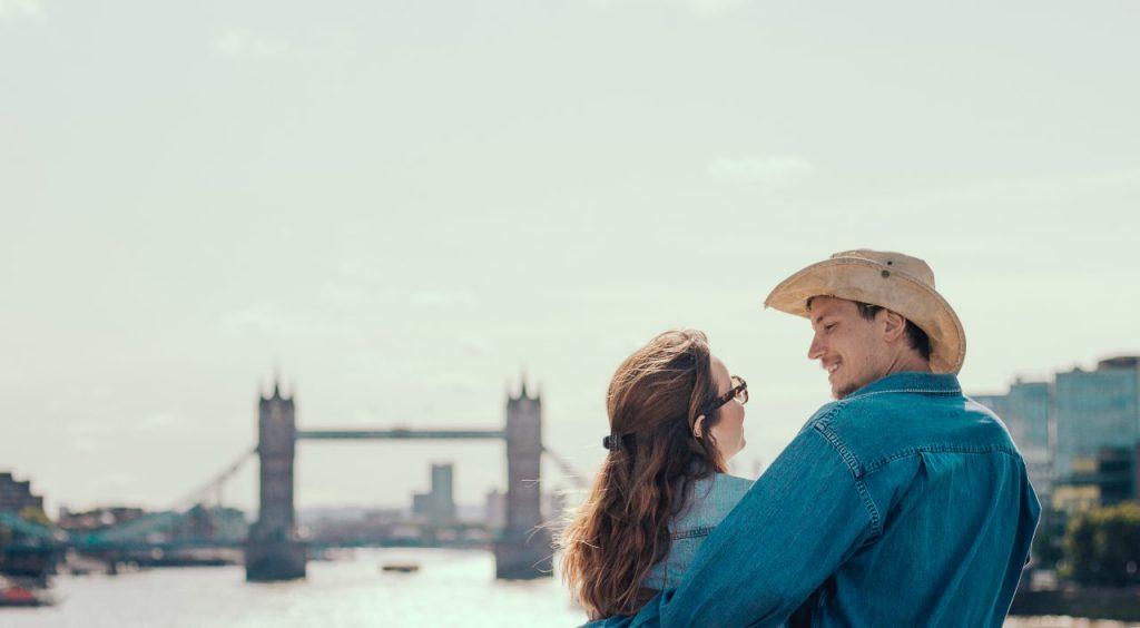 Ensaio de casal na Tower Bridge realizado por fotógrafa brasileira em Londres
