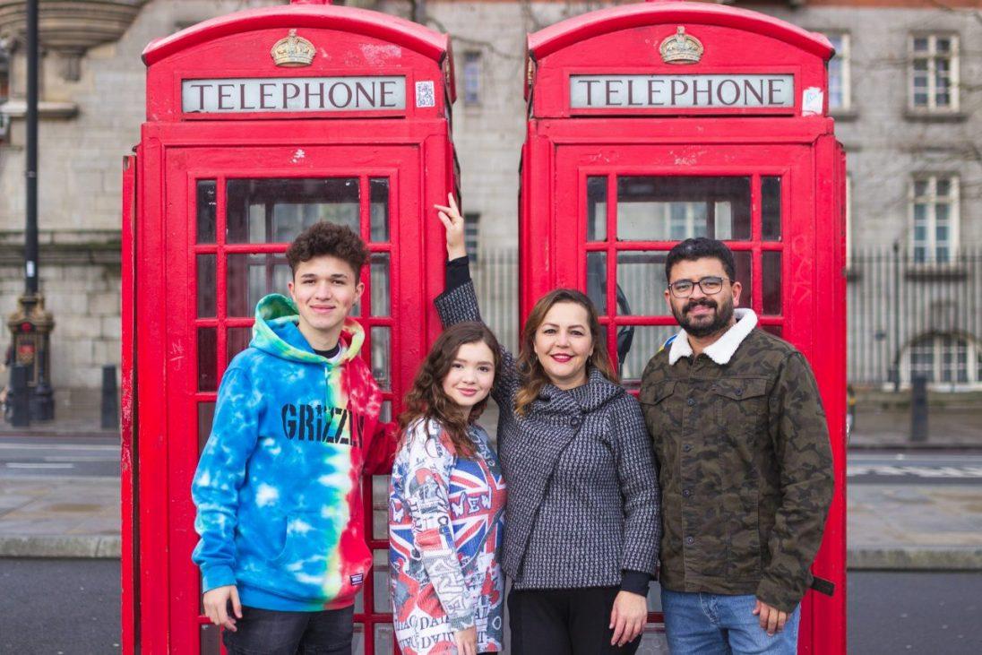 Ensaio família nas cabines telefônicas da Inglaterra por fotógrafa brasileira em Londres