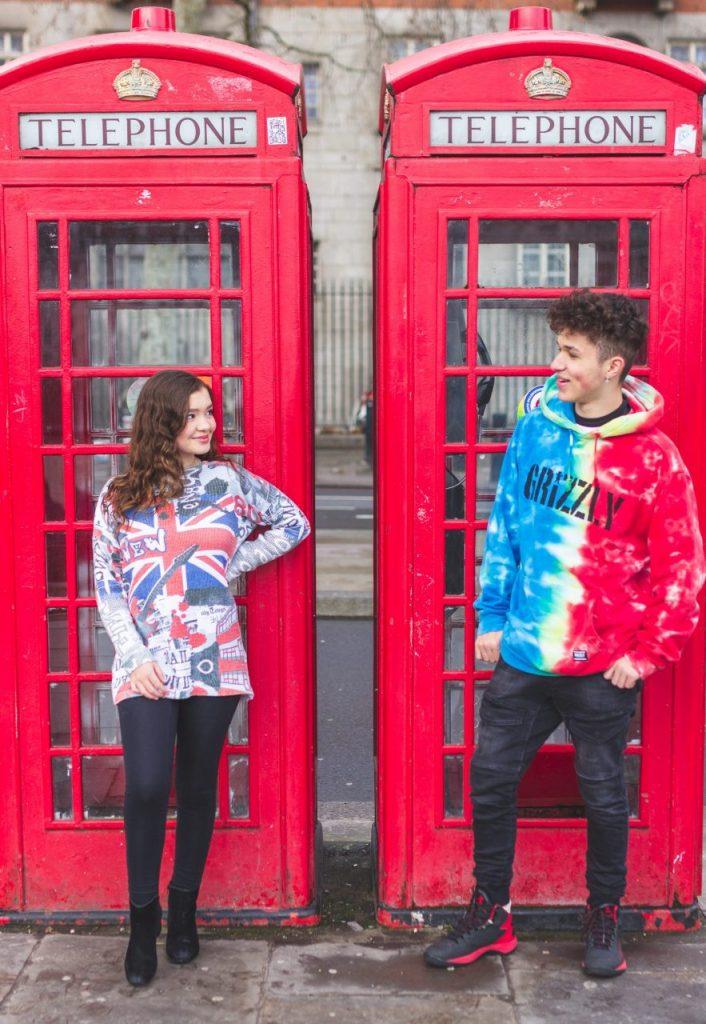 Ensaio irmãos família nas cabines telefônicas da Inglaterra por fotógrafa brasileira em Londres
