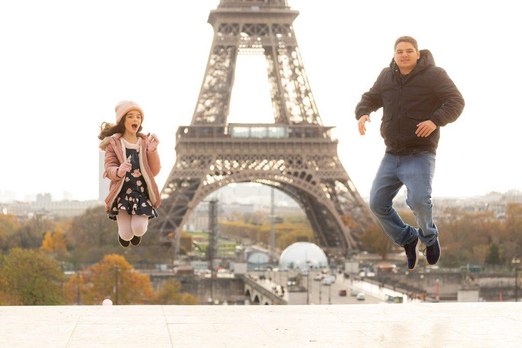 Fotógrafo brasileiro em Paris : Ensaio família irmãos pulando na Torre Eiffel