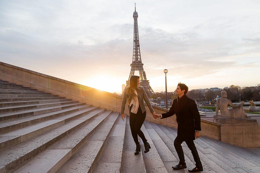 Ensaio casal com pedido de casamento no nascer do sol na Torre Eiffel capturado por Souvenirs Photos Paris, fotógrafa brasileira em Paris.