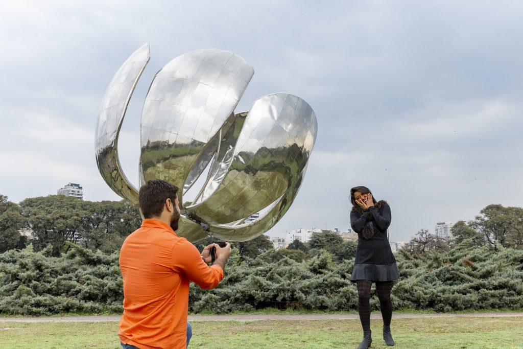 Pedido de casamento surpresa na Floralis Generica em Buenos Aires por fotógrafa brasileira