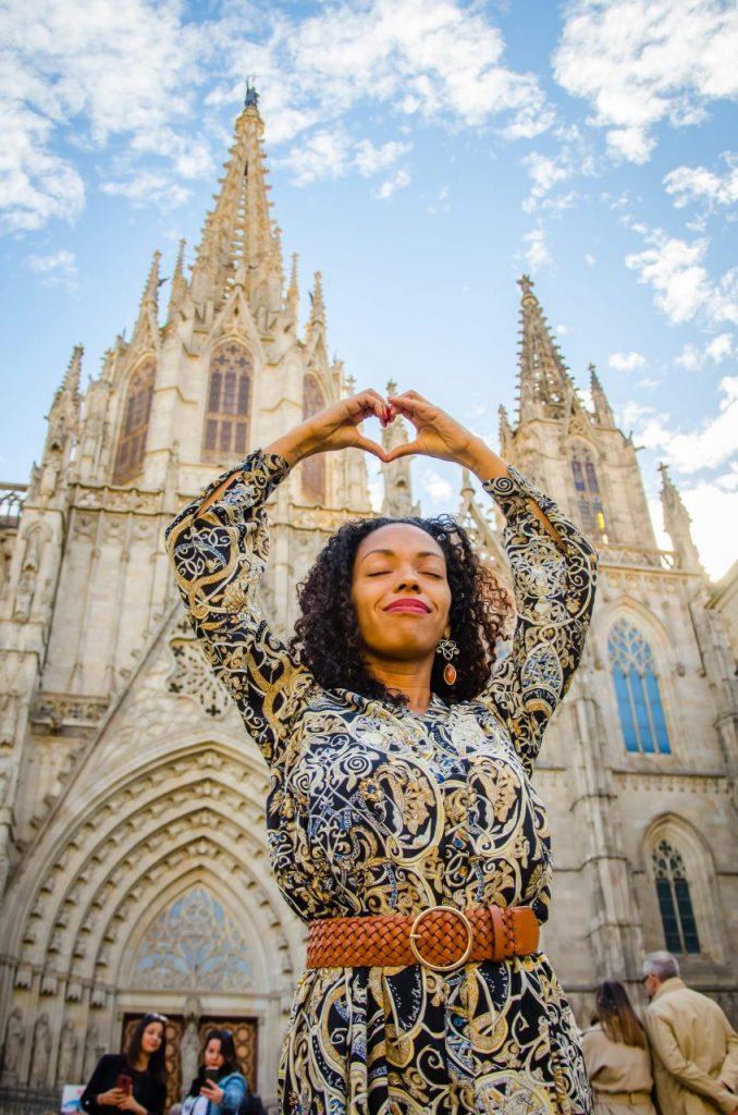 Fotógrafo brasileiro em Barcelona realiza ensaio feminino na Catedral de Barcelona