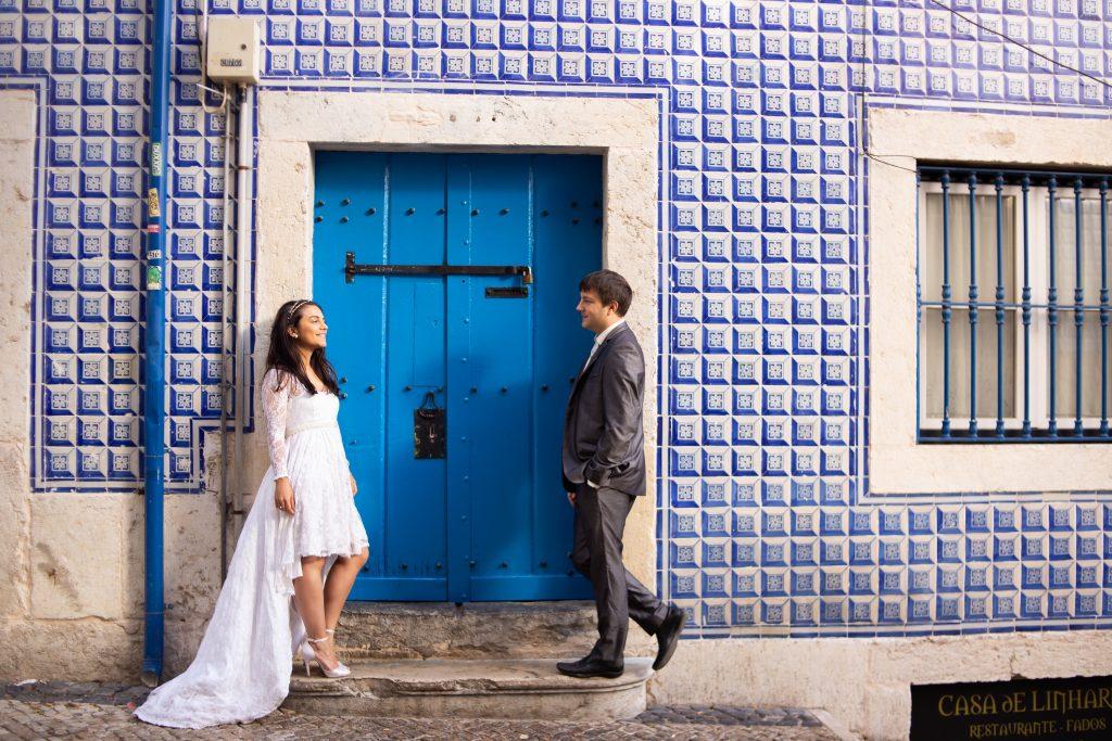 Casal durante ensaio em Alfama com fotografo brasileiro em Lisboa