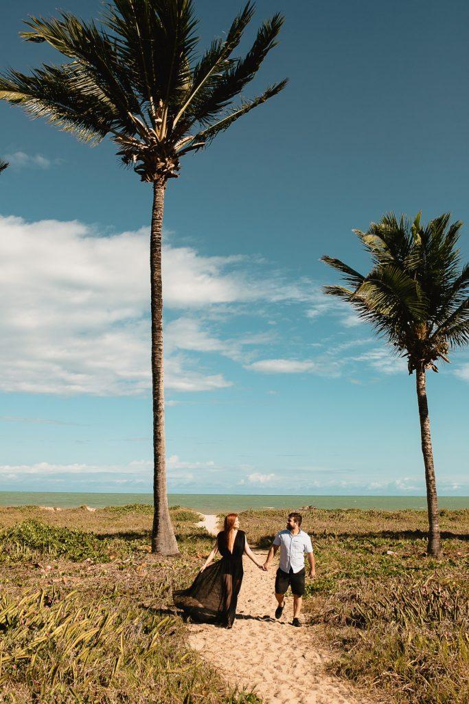 Ensaio casal em Intermares entre coqueiros e mar - Fotógrafa em João Pessoa