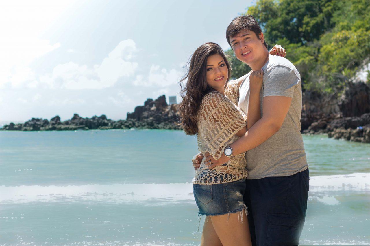 Ensaio casal na praia capturado por fotografa profissional em Natal