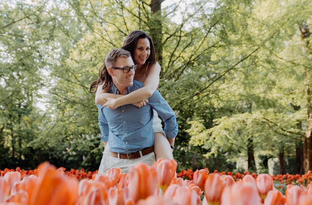 Ensaio de casal com as tulipas de Keukenhof na Holanda com fotógrafo brasileiro em Amsterdam