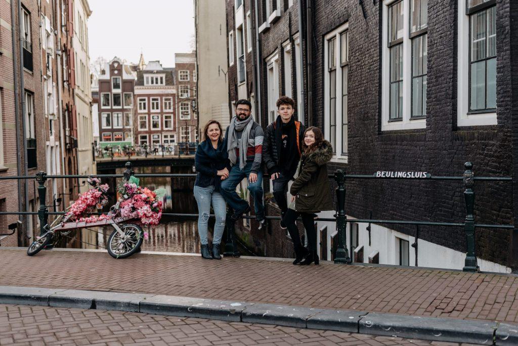 Família pelos canais da Holanda durante ensaio com fotógrafa brasileira em Amsterdã