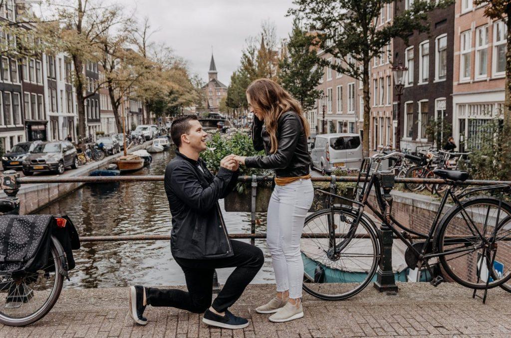 Pedido de casamento surpresa nos canais da Holanda com fotógrafo brasileiro em Amsterdam