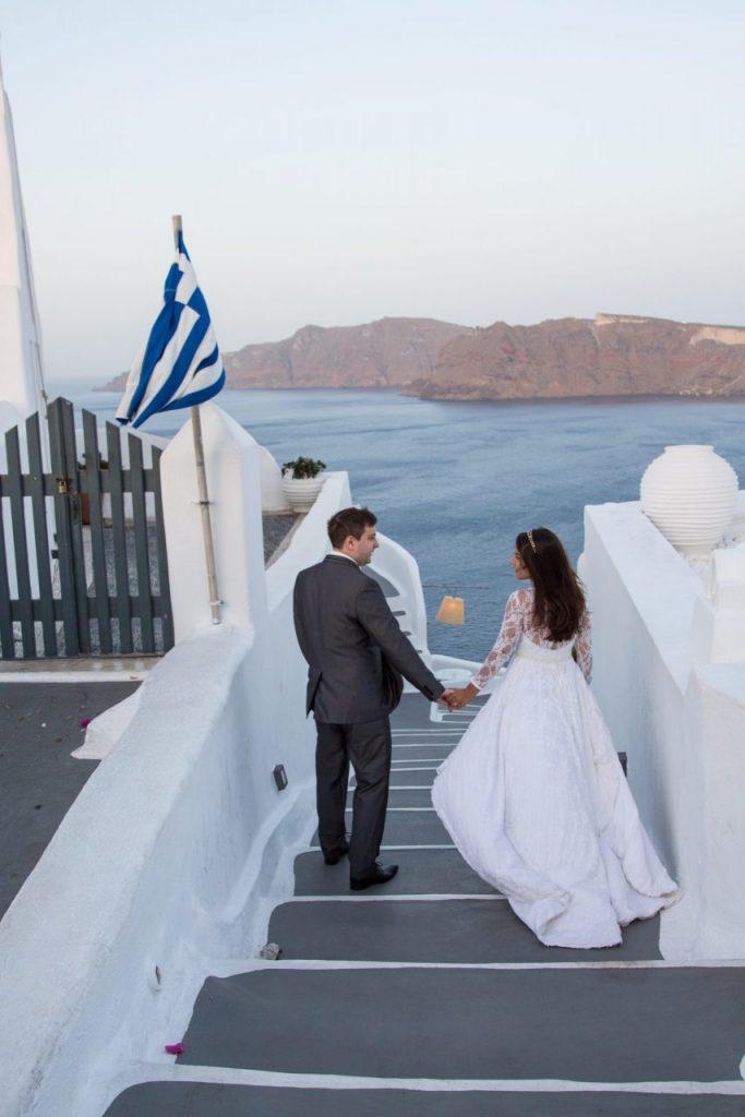 Casal de noivos em Oia durante ensaio com nossa fotógrafa em Santorini na Grécia