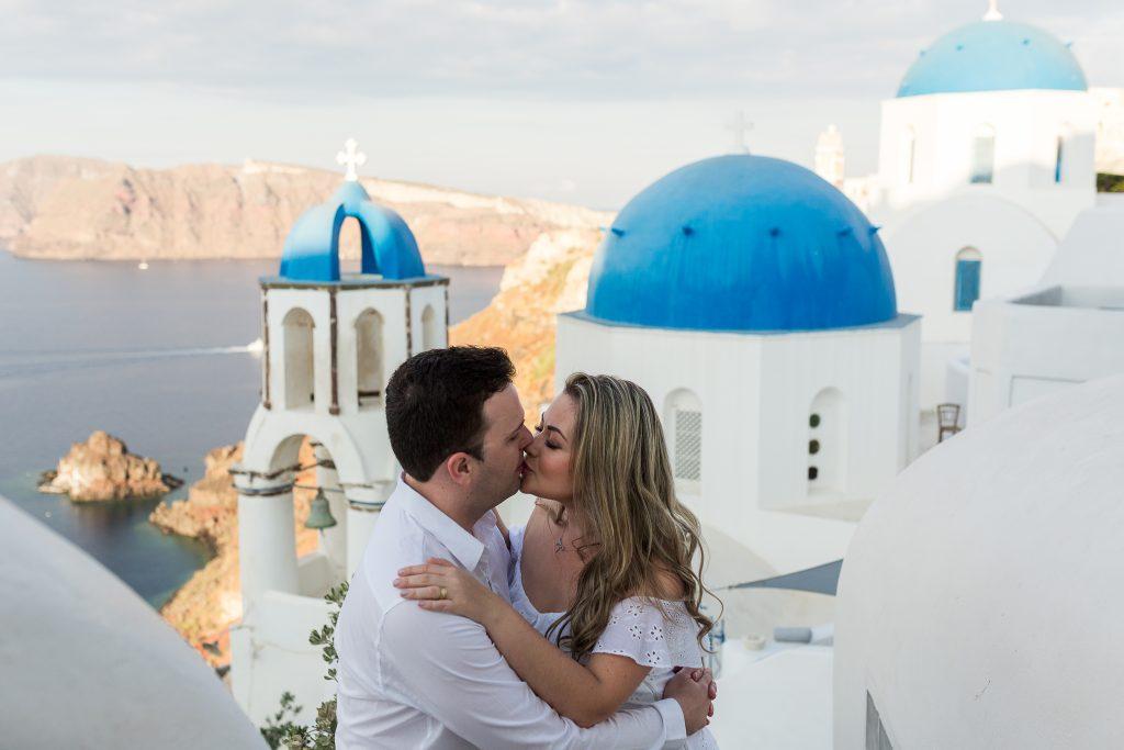 Casal em Oia realiza ensaio com fotógrafa brasileira em Santorini na Grécia