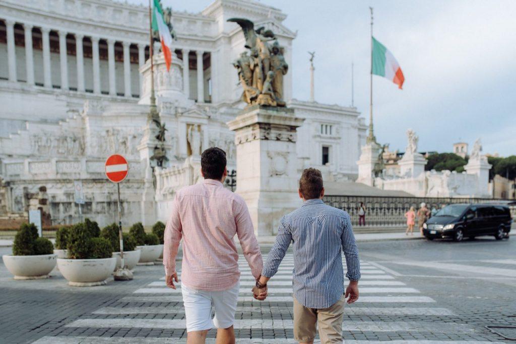 Casal gay no Monumento Nazionale a Vittorio Emanuele II com fotógrafa brasileira em Roma