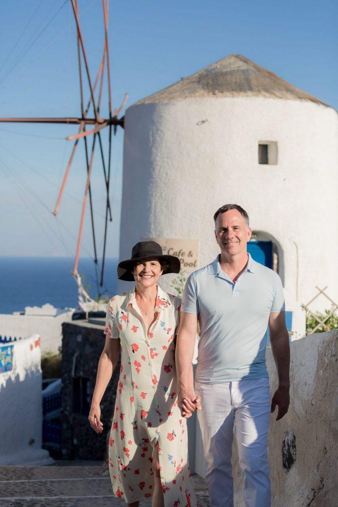 Ensaio casal com moinhos de Oia com fotógrafa brasileira em Santorini