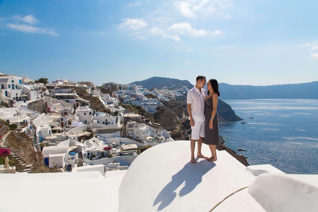 Ensaio casal na lua de mel em Santorini com fotógrafo na Grécia