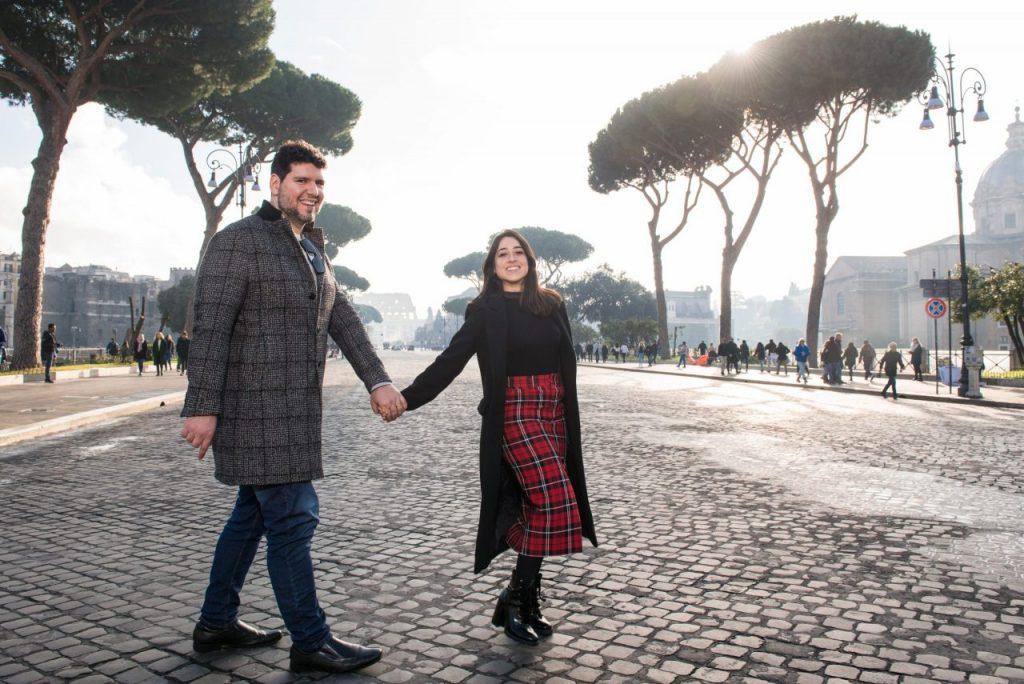 Ensaio casal no Fórum Romano por fotógrafa brasileira em Roma
