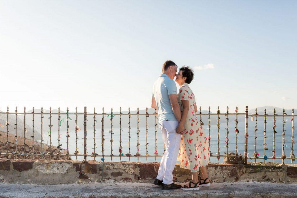 Ensaio casal vista caldeira do vulcão com fotógrafa brasileira em Santorini