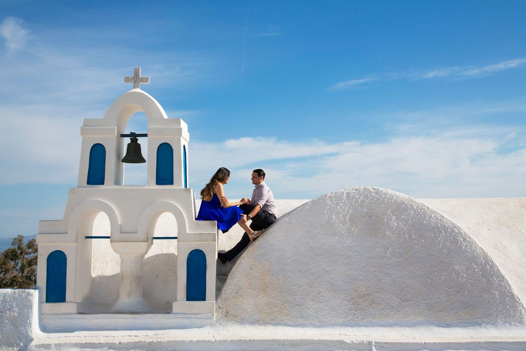 Ensaio em Santorini nas igrejinhas azuis com fotografa na Grécia
