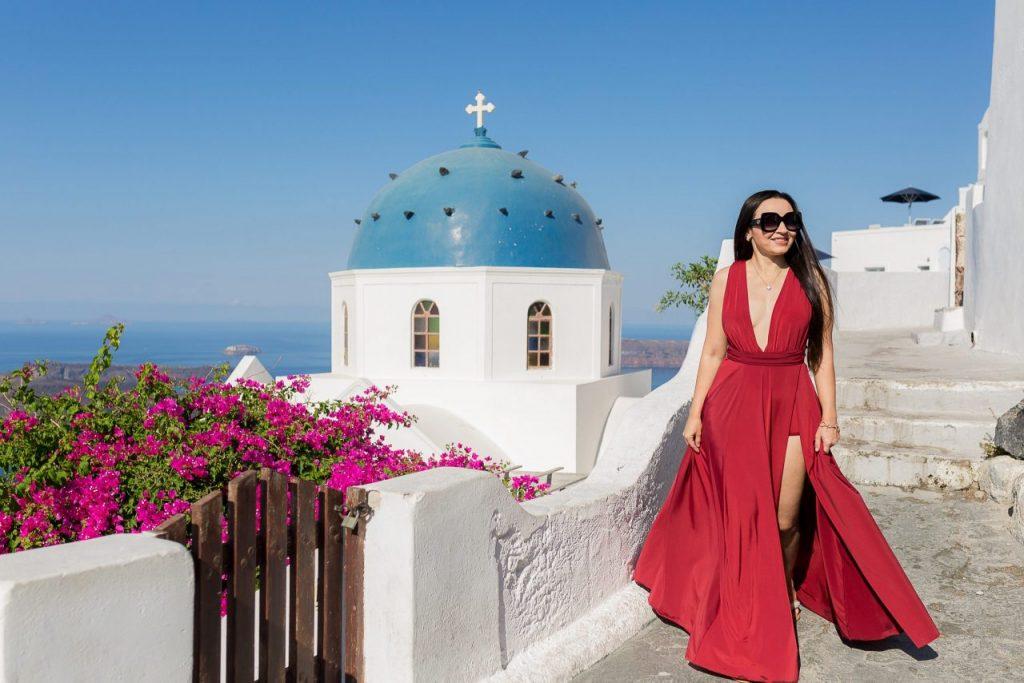 Ensaio feminino com igreja azuis em Imerovigli com fotógrafa brasileira em Santorini