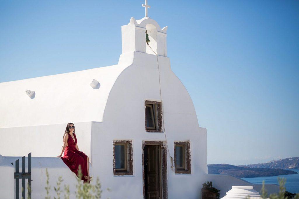 Ensaio feminino com igreja grega com fotógrafa brasileira em Santorini