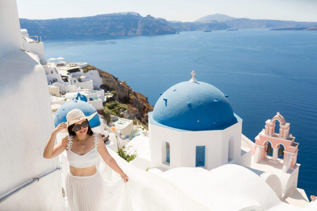 Ensaio feminino em Santorini com nossa fotógrafa brasileira em Oia na Grécia