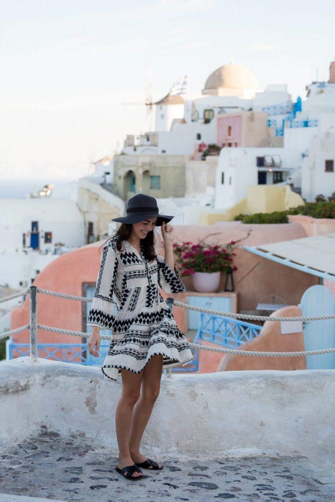 Ensaio feminino pelas ruelas de Oia com fotógrafa brasileira em Santorini