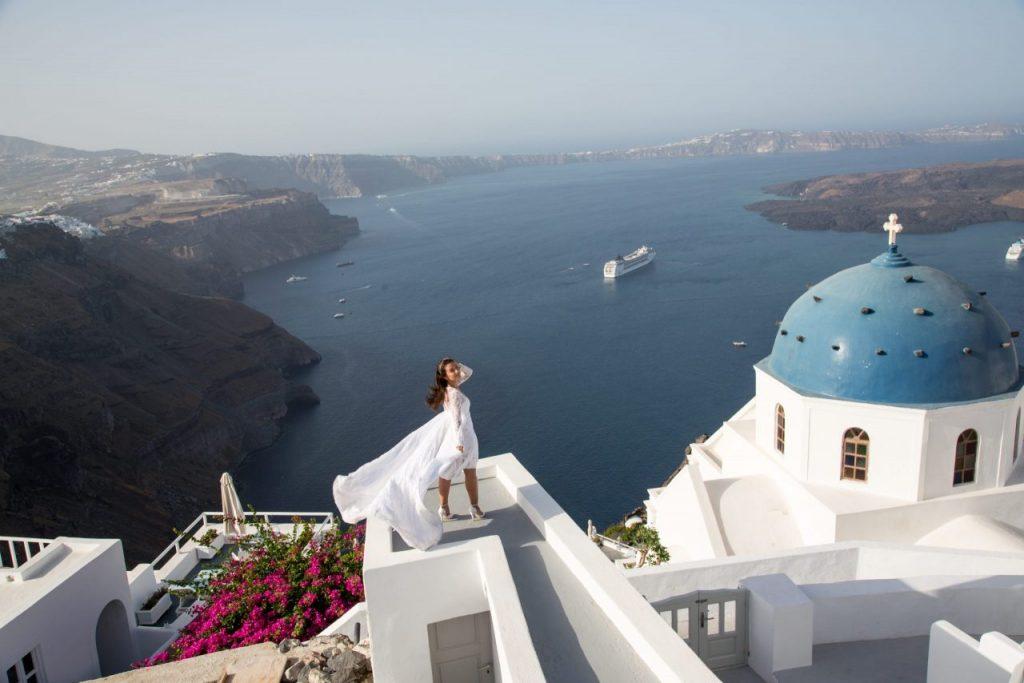 Ensaio noiva em Imerovigli vista do vulcão com fotógrafo em Santorini
