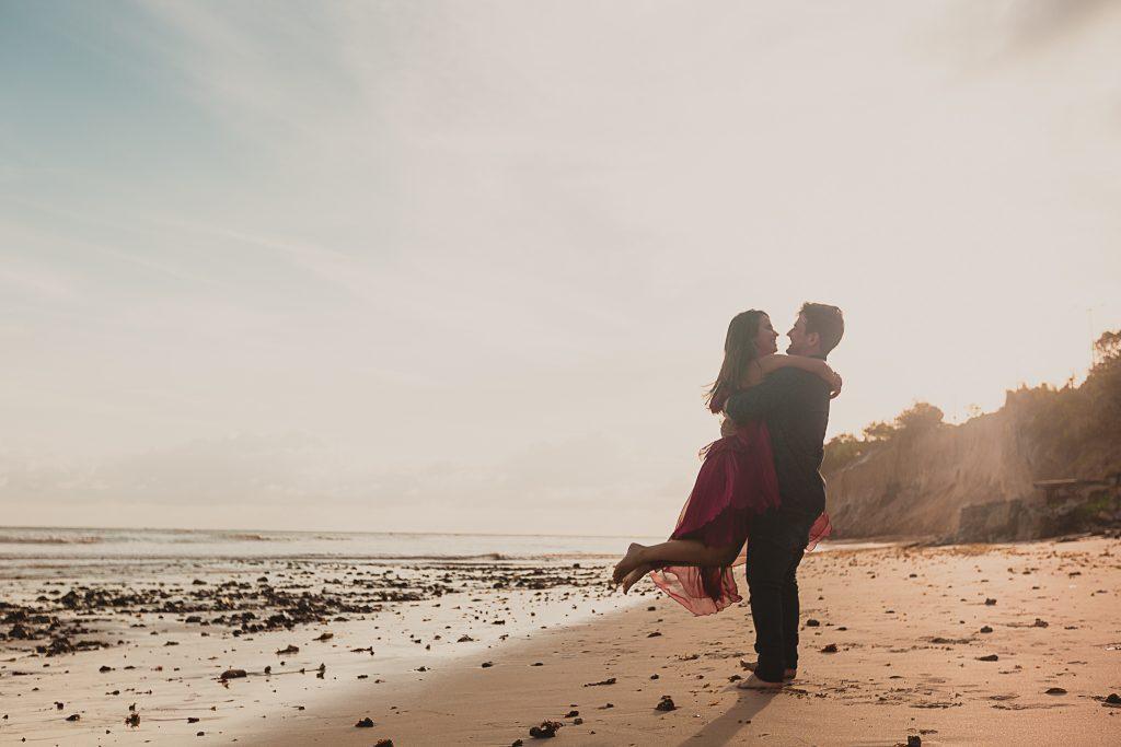 Ensaio pré casamento em João Pessoa na Praia do Cabo Branco com fotógrafo profissional