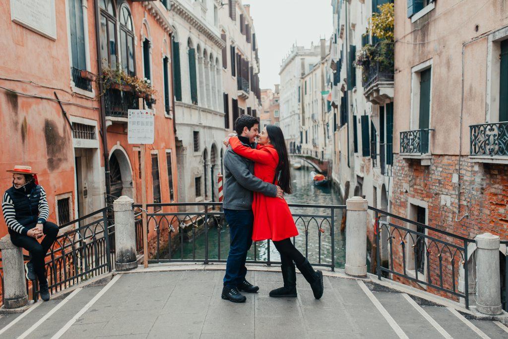 Fotógrafo brasileiro em Veneza : Fotos em Veneza - Ensaio casal na Ponte em meios aos canais