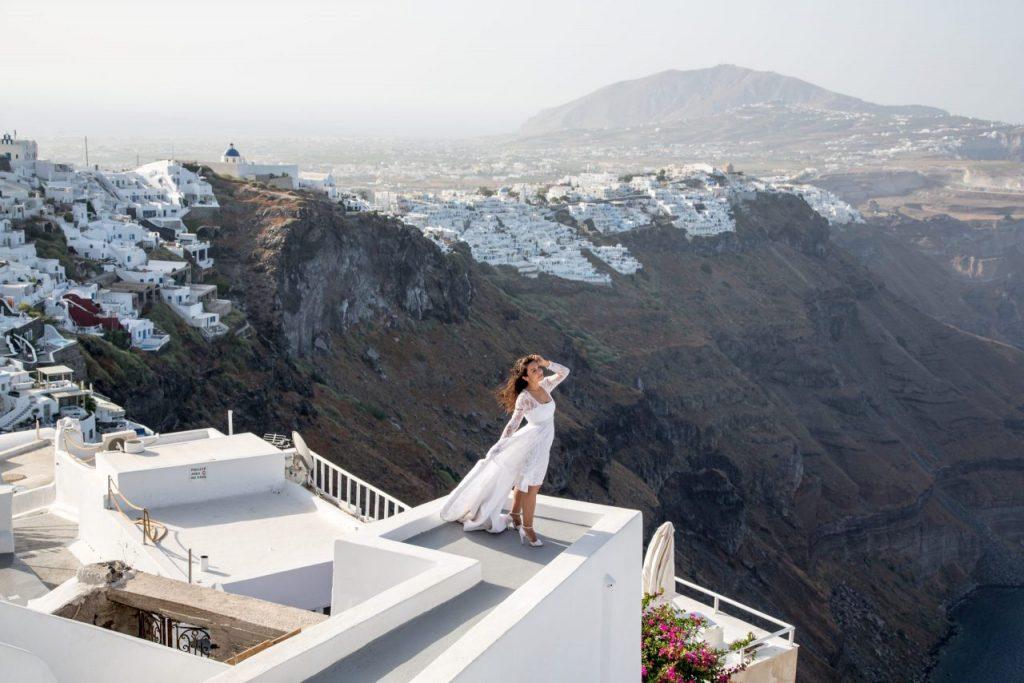 Noiva em Imerovigli durante ensaio com nossa fotógrafa em Santorini na Grécia