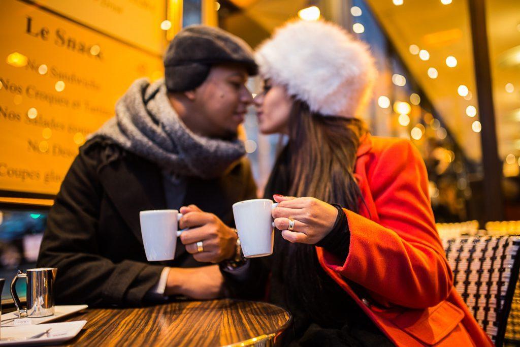 Casal num café parisiense ensaio por fotógrafa brasileira em Paris