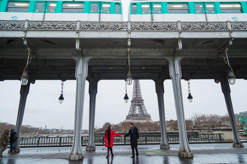Ensaio casal na Ponte Bir Hakeim por fotógrafa brasileira em Paris