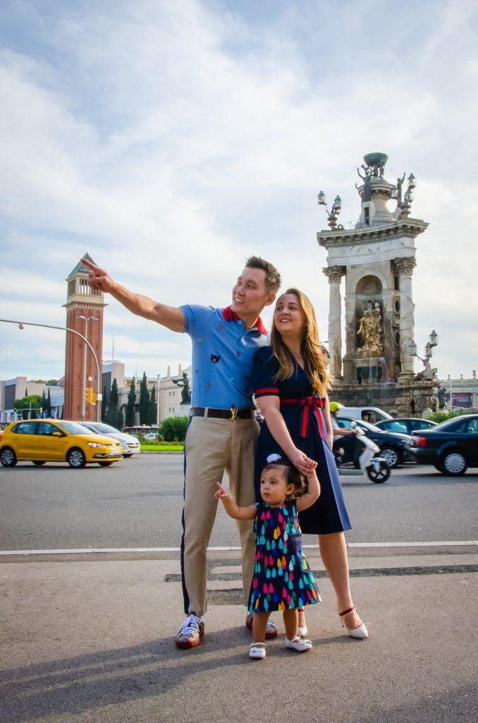 Ensaio família na Praça da Espanha por fotógrafo em Barcelona
