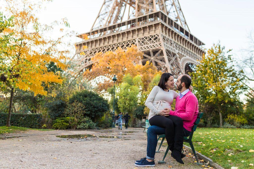 Ensaio na Torre Eiffel durante outono por fotógrafa em Paris