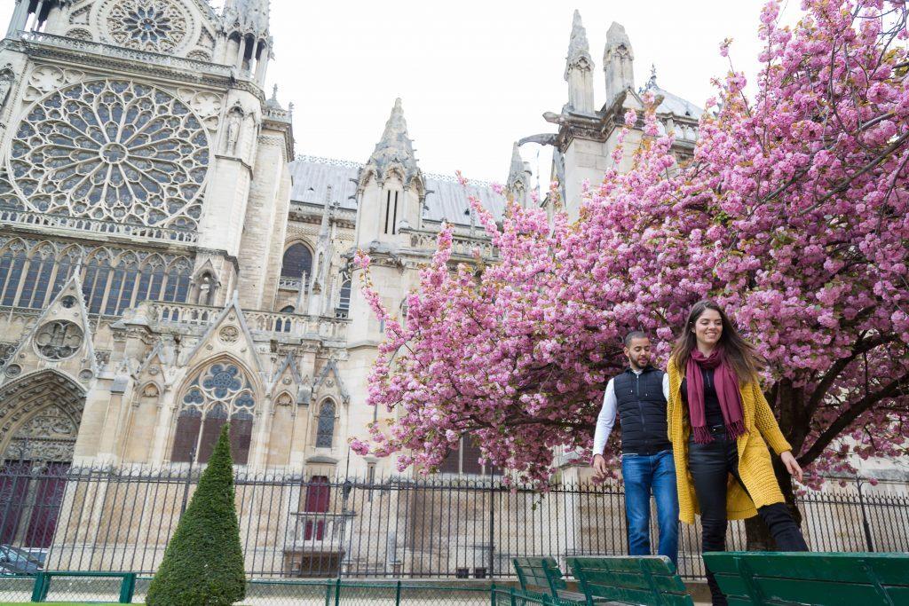 Ensaio na primavera na Notre Dame por fotógrafa em Paris