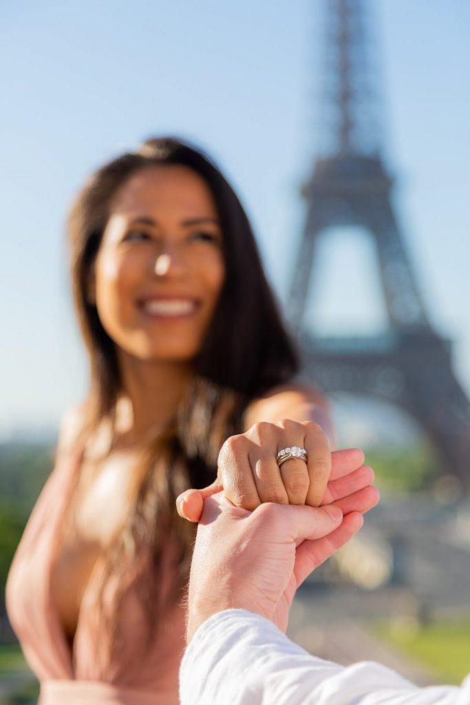 Fotos em Paris durante ensaio de pedido de casamento em Paris diante da Torre Eiffel realizado por fotógrafa brasileira em Paris