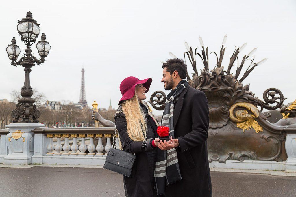 Pedido de noivado surpresa na Ponte Alexandre III por fotógrafa brasileira em Paris