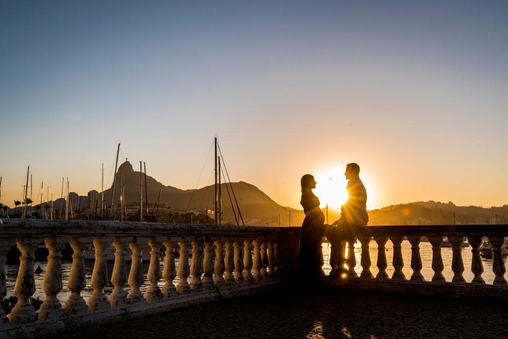Ensaio casal no pôr do sol com fotógrafa profissional no Rio de Janeiro