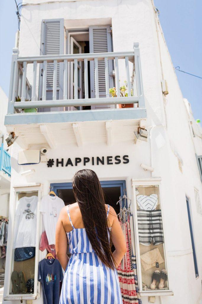 Ensaio de mulher pelas ruelas de Mykonos com fotógrafa brasileira na Grécia