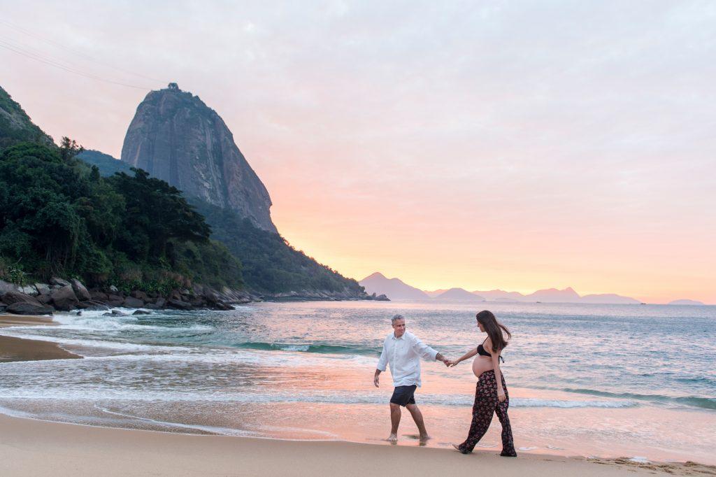 Ensaio gravidez no nascer do sol com fotógrafa profissional no Rio de Janeiro