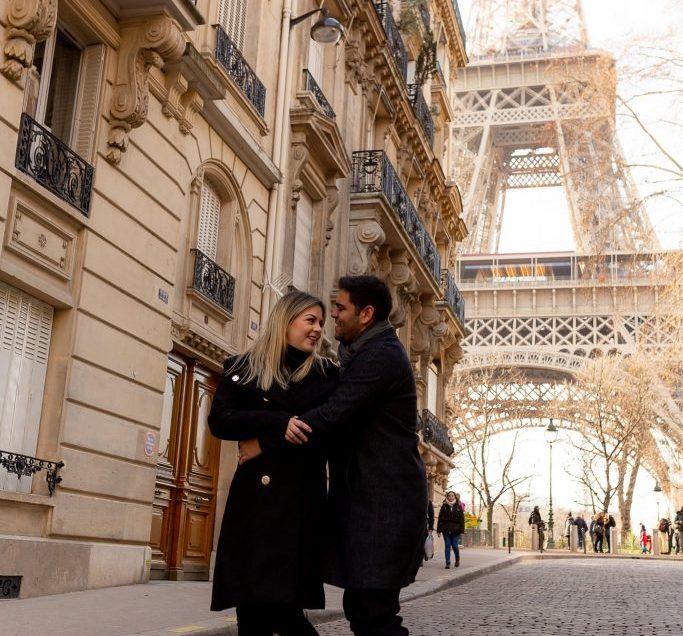 Ensaio casal nas ruas de Paris com vista para Torre Eiffel - Rue de L'Université