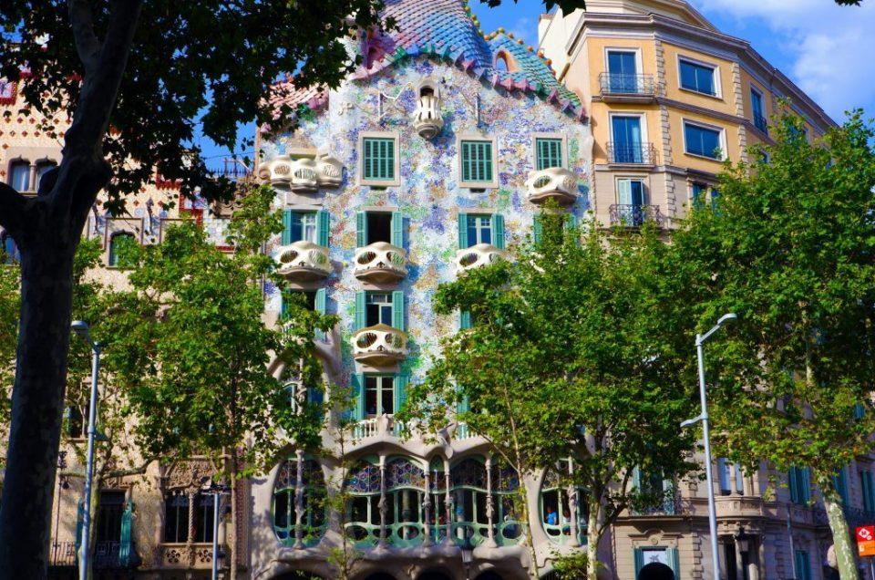 A volta do turismo na Espanha: Casa Batllo reabre com visitas gratuitas em Barcelona