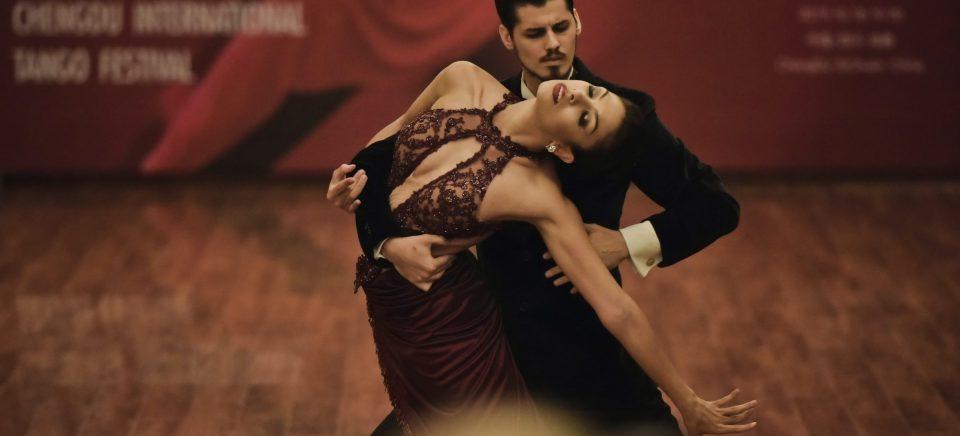 Com a pandemia do coronavírus, os dançarinos de tango em Buenos Aires enfrentam dificuldades com o distanciamento social e se reinventam.