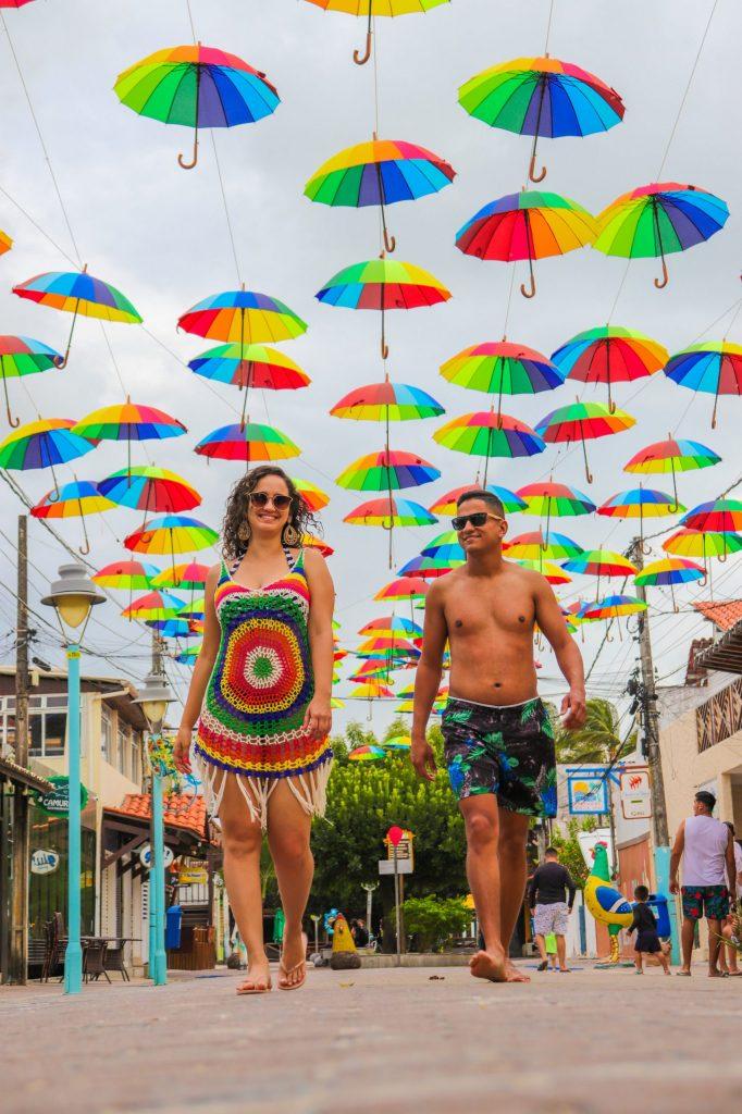 Casal na rua das sombrinhas de frevo - Fotógrafo em Porto de Galinhas