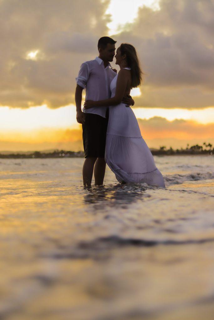 Ensaio Casal Pré-wedding no pôr do sol na praia - Fotógrafo em Porto de Galinhas