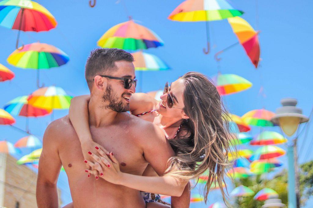 Ensaio casal na rua das sombrinhas de frevo em Porto de Galinhas - Fotógrafo em Pernambuco